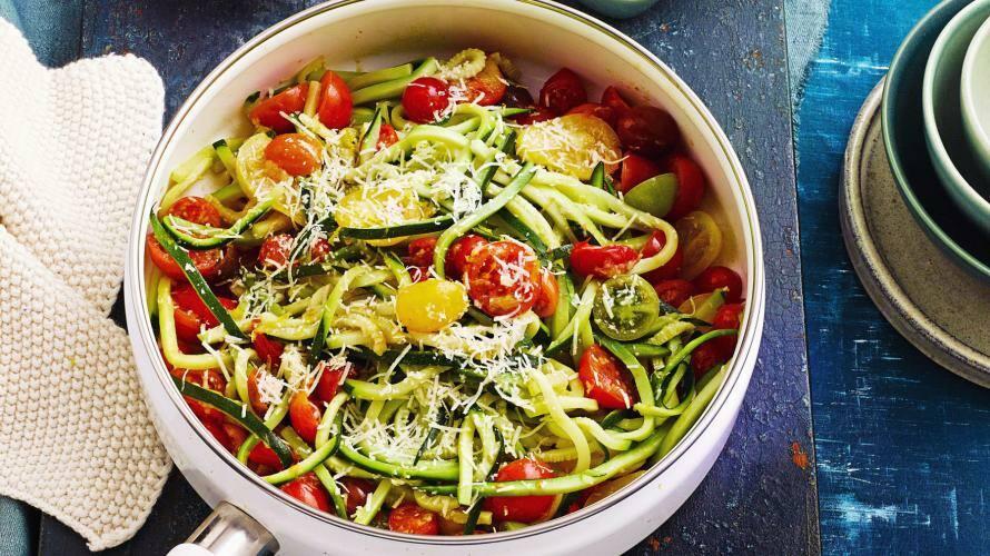 Zucchini-Spaghetti mit Tomaten in einer Pfanne