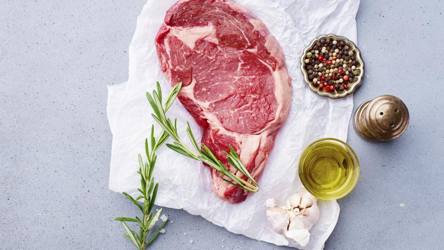 Rohes Chuck Steak vom Black Angus Rind mit Gewürzen auf Papier