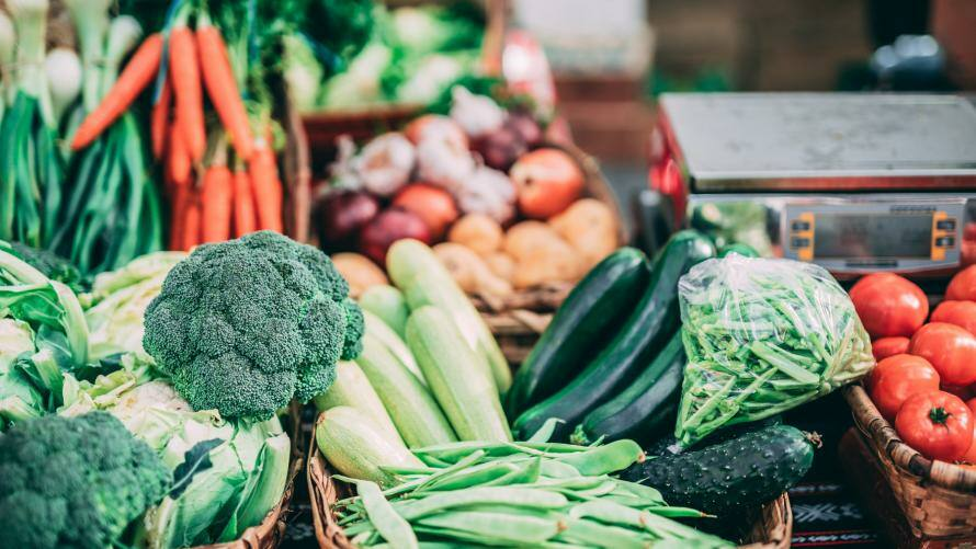 Marktstand mit verschiedenen Sorten Gemüse