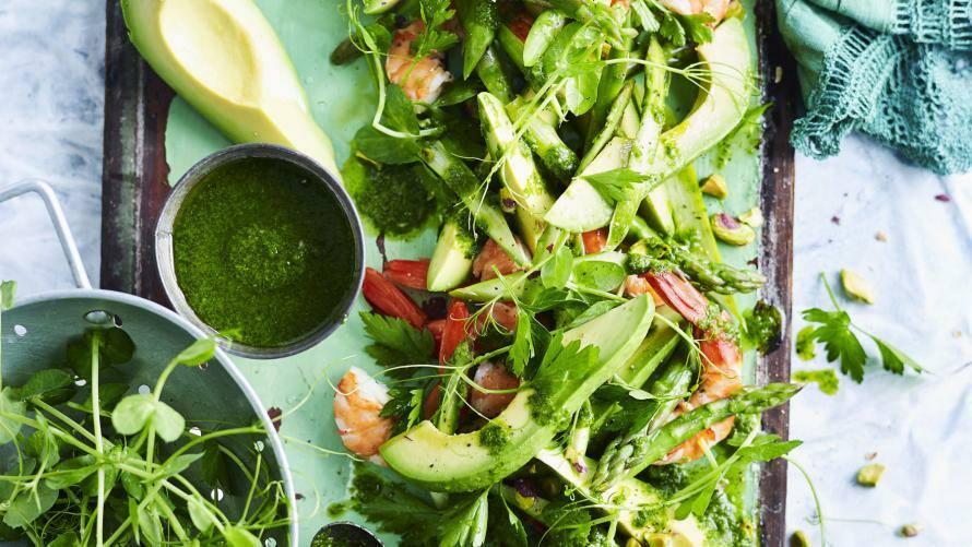 Avocado-Spargel-Salat mit Garnelen auf einer Platte