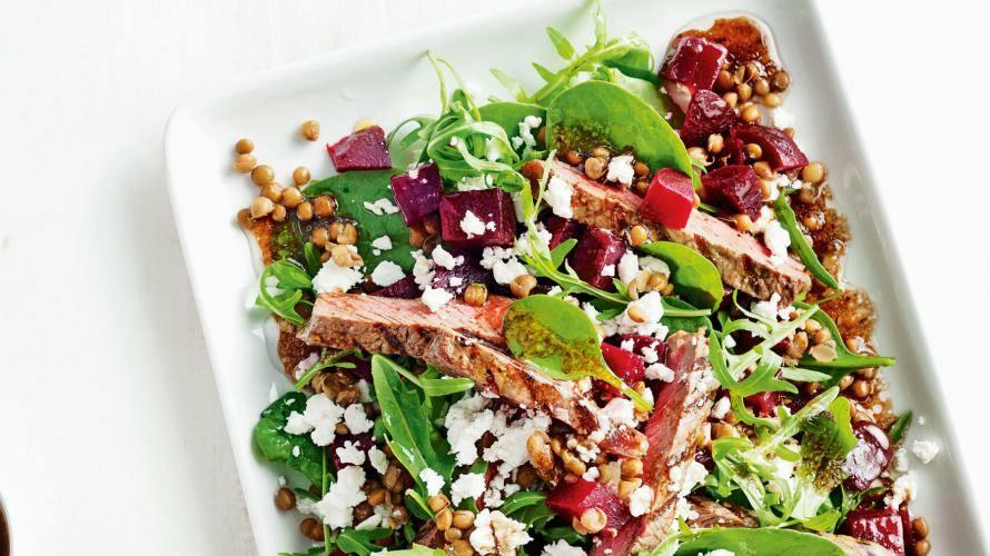 Linsen-Salat mit Steak, Roter Bete und Feta auf einem Teller
